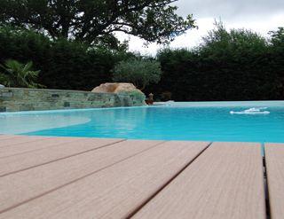 r aliser un entourage de piscine en bois composite. Black Bedroom Furniture Sets. Home Design Ideas