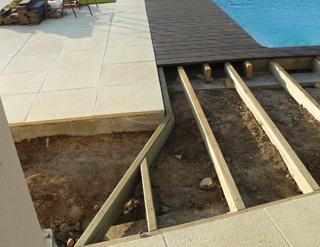 R aliser un entourage de piscine en bois composite mise en for Carrelage plage piscine imitation bois