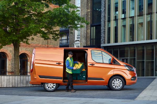 le ford transit custom reprend du style v hicules utilitaires. Black Bedroom Furniture Sets. Home Design Ideas