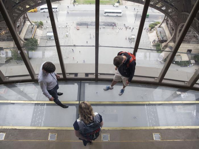Un plancher en dalles de verre sur la tour eiffel - Plancher en verre prix ...