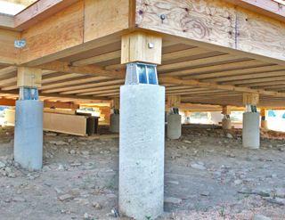 Une maison bbc en bois chanvre et roseaux c est possible - Plot beton pour poteau bois ...