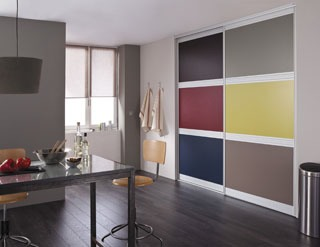 ici la porte glisse le long dun rail de guidage fix au sol une fois ouverte la paroi de la porte. Black Bedroom Furniture Sets. Home Design Ideas